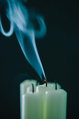 Rauch steigt von erloschenen Kerzen auf - p586m1091032 von Kniel Synnatzschke