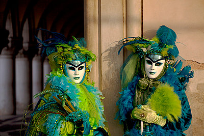 Venice, Veneto, Italy, A masked couple duirng carnival. - p652m716793 by Ken Scicluna