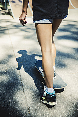 Young girl with skateboard - p970m1110785 by KATYA EVDOKIMOVA