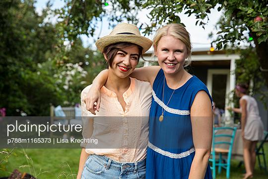 Porträt zweier Freundinnen - p788m1165373 von Lisa Krechting