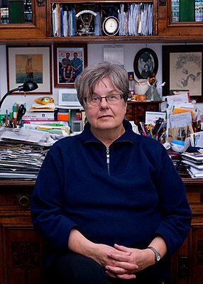Frau am Schreibtisch - p1279m1209167 von Ulrike Piringer