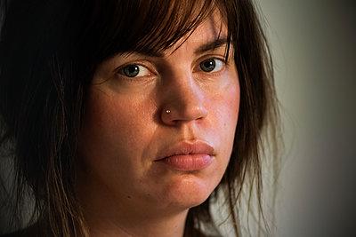 Portrait of woman with nose piercing - p1418m2183705 by Jan Håkan Dahlström