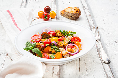 Panzanella made of roasted Ciabatta, rocket, red onions, tomatoes and basil - p300m2005512 by Larissa Veronesi