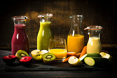 Various smoothies, fruits and vegetables - p300m2012873 by Roman Märzinger