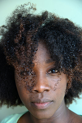 African woman, portrait - p427m2285905 by Ralf Mohr