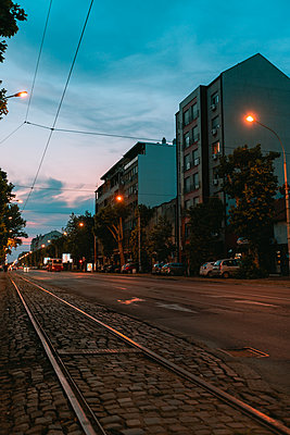 Low angle view of empty street and tramway in Belgrade city - p623m2271905 by Pablo Camacho