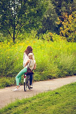 Zu zweit auf dem Fahrrad - p904m932263 von Stefanie Päffgen