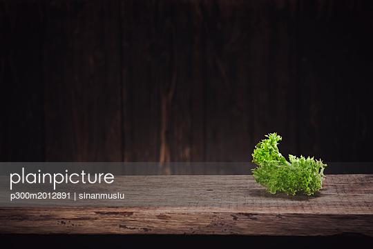 Lettuce leaf on wood - p300m2012891 von sinanmuslu