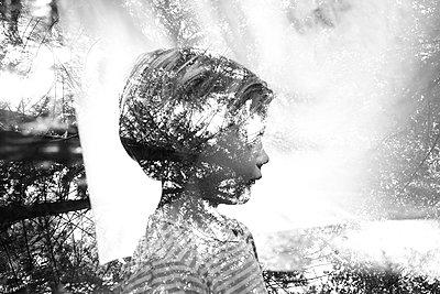 Kind im Wald - p1308m1136794 von felice douglas