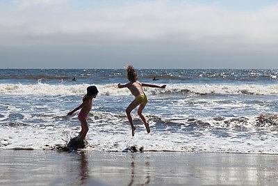 Ab in die Wellen - p756m938660 von Bénédicte Lassalle