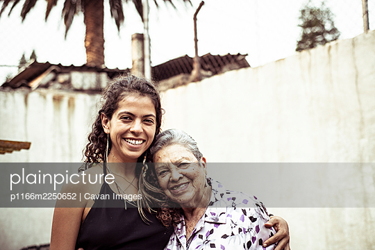 Smiling family portrait of Mexican female generations - p1166m2250652 by Cavan Images