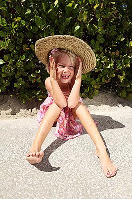 Funny little girl - p045m907336 by Jasmin Sander