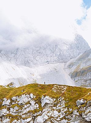 Wanderer vor Felswand, Mangart - p1396m2030878 von Hartmann + Beese