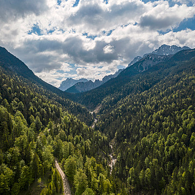 View of mountain forest and clouds, Mittenwald, Germany - p1437m2260683 by Achim Bunz