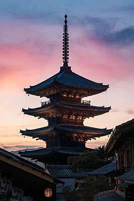 Japan, Kyoto, Gion, Temple at sunset - p300m2041852 von Maria Elena Pueyo Ruiz