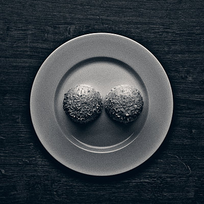 Zwei Kokosküsse - p318m1477351 von Christoph Eberle