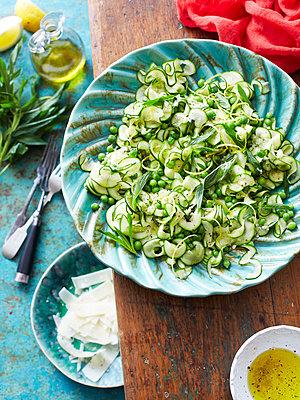 Still life of zucchini pasta - p429m935434 by BRETT STEVENS