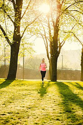 Sportliche Frau - p904m1031322 von Stefanie Päffgen