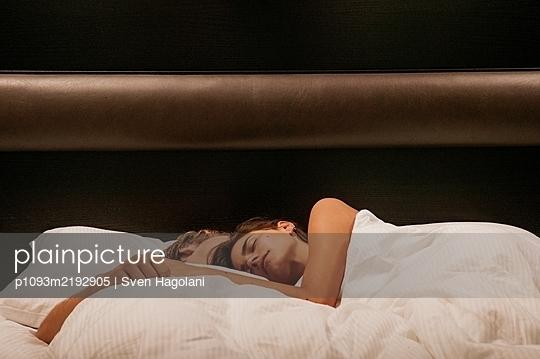 Junges Paar schläft im Bett - p1093m2192905 von Sven Hagolani