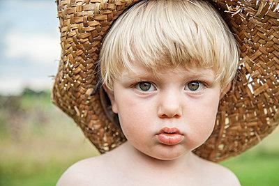 Blonder Junge mit Strohhut, Porträt - p1685m2272456 von Joy Kröger