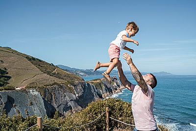 family with 2 children enjoying the beach and cliffs of the Basque country - p300m2257256 von SERGIO NIEVAS