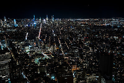 USA, New York, Aerial view of New York city at night - p300m2160085 by David Agüero Muñoz
