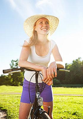 Junge Frau mit Fahrrad - p341m944902 von Mikesch