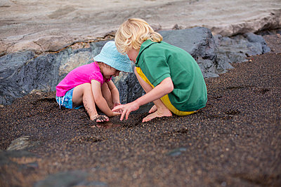 Children playing in sand on beach - p429m800918f by jackSTAR