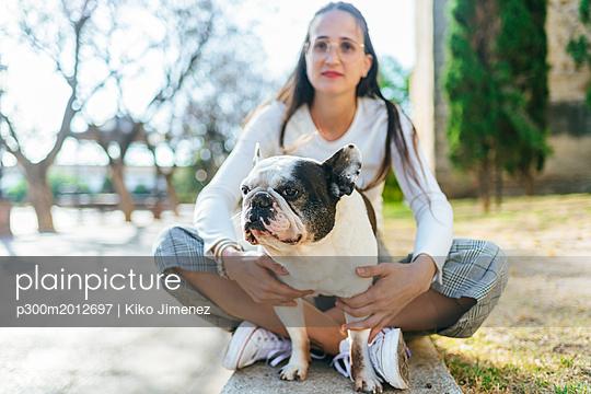 Portrait of dog with woman - p300m2012697 von Kiko Jimenez