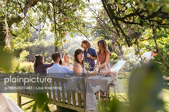 Garden party - p788m2037483 by Lisa Krechting