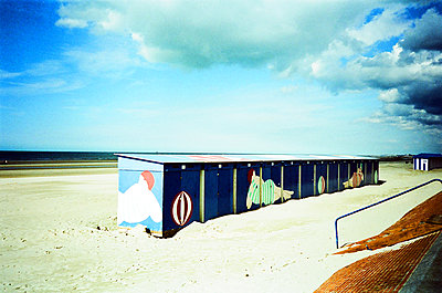 Bathing hosues on Dunkirk beach - p1289m2172567 by Elisabeth Blanchet