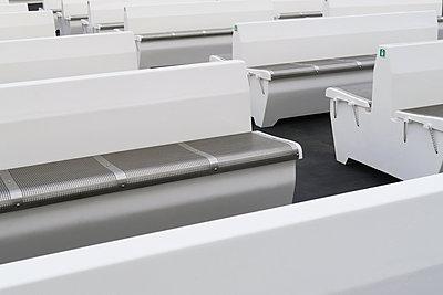 Leere Bänke auf der Fähre - p237m2027519 von Thordis Rüggeberg
