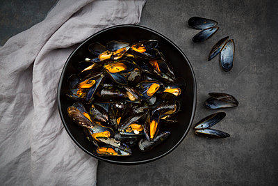 Organic blue mussels in bowl - p300m1549680 by Larissa Veronesi
