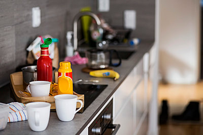 Cups and bottles on kitchen counter - p426m896743f by Maskot
