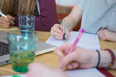 Freundinnen beim Lernen - p427m1042725 von R. Mohr