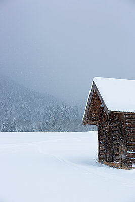 Hut in the snow - p454m1208739 by Lubitz Dorner