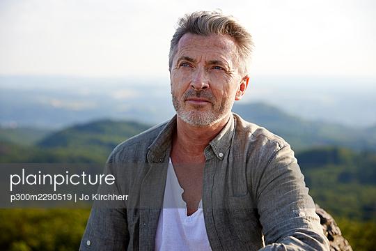 Thoughtful male hiker looking away - p300m2290519 by Jo Kirchherr