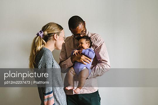 Parents with baby - p312m2237473 by Plattform