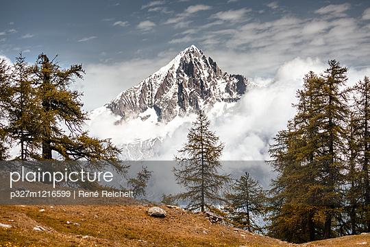 Schneebedeckter Berggipfel - p327m1216599 von René Reichelt