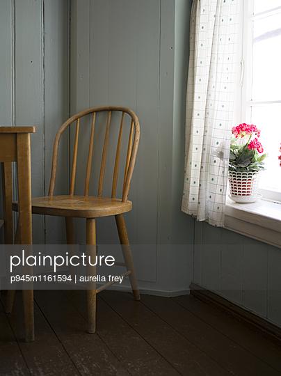 Topfblume auf Fensterbank - p945m1161594 von aurelia frey