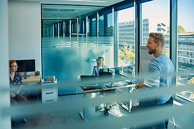 Smiling man leading a presentation in office - p300m2043220 by Zeljko Dangubic