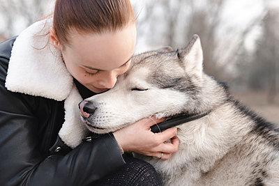Woman cuddling her husky - p300m2180585 by Ekaterina Yakunina