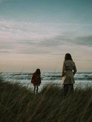 Mutter und Tochter an der Küste in der Dämmerung - p1522m2273351 von Almag