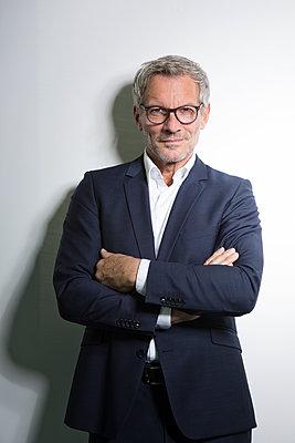 Portrait of confident businessman - p300m1580974 by Rainer Berg