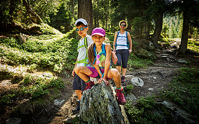 Portrait of mother with two children hiking in alpine scenery, Passeier Valley, South Tyrol, Italy - p300m2154711 von Dirk Kittelberger