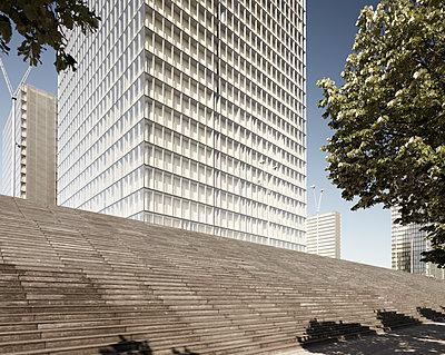 Treppe vor Nationalbibliothek in Paris - p719m2163824 von Rudi Sebastian
