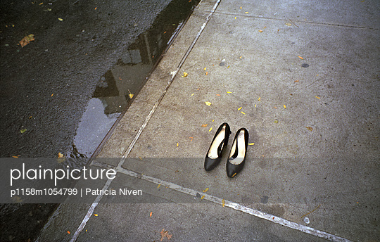 Black pumps on wet New York Street - p1158m1054799 by Patricia Niven