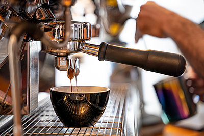 Close-up of barista preparing coffee in a coffee shop - p300m2081037 von Oscar Carrascosa Martinez
