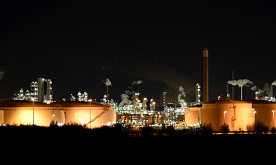 Germany, Chemical industrial plant , Refinery at night - p300m2213843 by lyzs