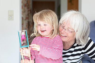 Oma mit Enkelin - p505m1031130 von Iris Wolf